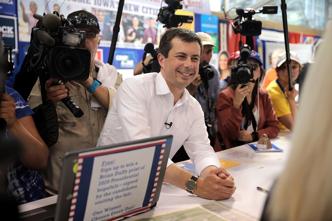 Buttigieg in Rivals' Sights at Debate After Taking Lead in Iowa